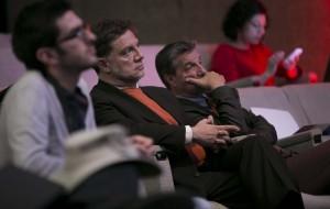 Atienden a la conferencia Pedro Páez (medio), Superintendente de Control del Poder de Mercado, y John Restakis (der), miembro del equipo de investigadores de FLOK Society.