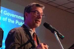 John Restakis, miembro del equipo investigador de FLOK Society, durante su intervención.