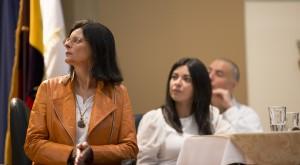 Jenny Torres (medio), Janice Figueiredo (al frente) y Daniel Araya, Investigadores de FLOK Society, atiende a la exposición